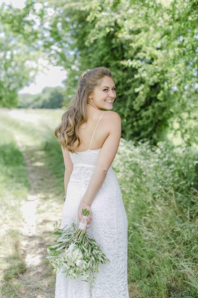 die Braut posiert mit ihrem Brautstrauß für das Hochzeitsfoto   Foto: Hanna Witte